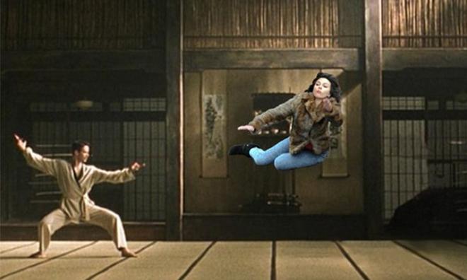 <p> Đấu kungfu cùng Keanu Reeves trong phim <em>Ma trận</em>.</p>