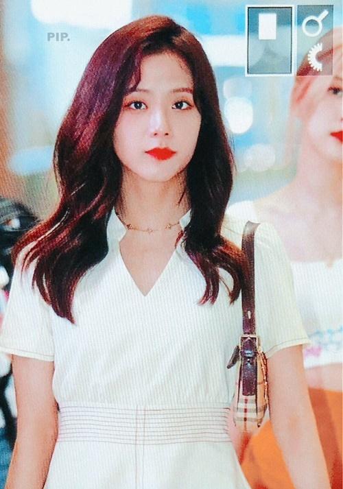 Ji Soo luôn biết cách biến sân bay thành một nơi chụp ảnh tạp chí hay cảnh phim. Visual của nhóm nhạc nhà YG được ví như công chúa khi mặc bộ đầm trắng,