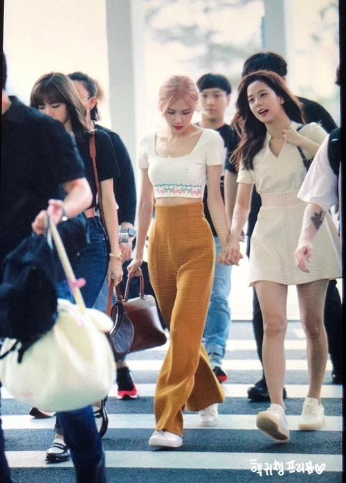 Rosé và Ji Soo nắm tay nhau tình cảm ở sân bay. Có rất nhiều staff đi theo Black Pink nên người hâm mộ hi vọng nhóm sẽ quay MV mới hoặc show thực tế.