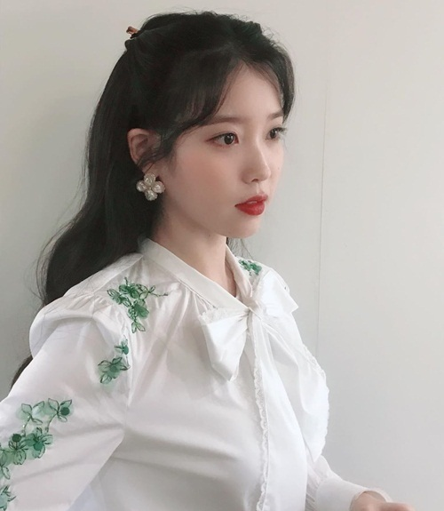 IU như nàng Bạch Tuyết với combo tóc đen, da trắng, môi đỏ.