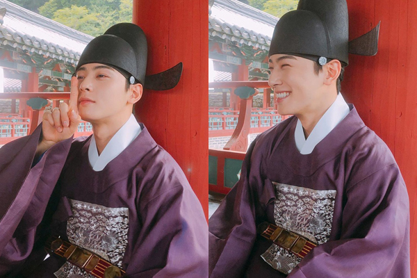 Cha Eun Woo chỉ tạo dáng ngầu được một chút đã không nhịn được cười. Anh chàng đang đóng chính trong phim cổ trang Rookie Historian Goo Hae Ryung cùng Shin Se Kyung.
