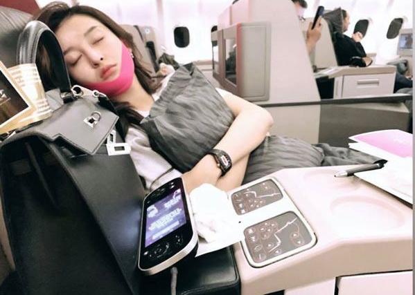 Đây được xem là món đồ làm đẹp bất ly thân của Huyền My. Ngay cả khi chợp mắt trên máy bay, cô cũng không quên bảo bối này để giữ cho da mặt không nhăn, cơ mặt được cân đối.