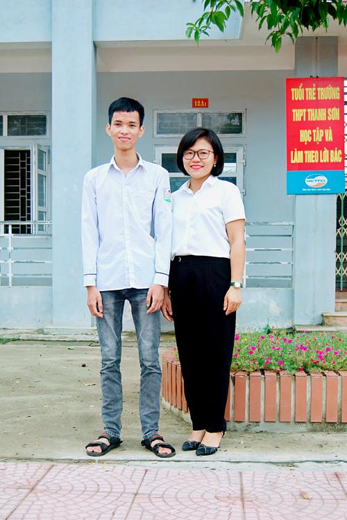 Đình Lộc và cô giáo chủ nhiệm.