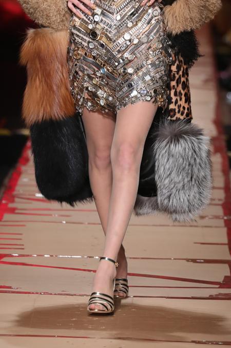 Qua đôi chân, bạn có phân biệt được Gigi và Bella Hadid? (2) - 2