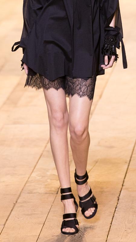 Qua đôi chân, bạn có phân biệt được Gigi và Bella Hadid? (2) - 3