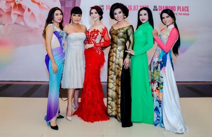 """<p> Ngày 16/7, Lâm Khánh Chi giới thiệu dự án Lễ hội cưới tập thể cho cộng đồng LGBT lần đầu tiên tại Việt Nam. Đến ủng hộ """"nữ hoàng chuyển giới"""" có nhiều bạn trẻ thuộc cộng đồng này.</p>"""