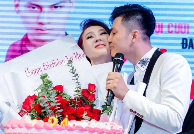 """<p> Anh dành tặng vợ món quà bất ngờ nhân dịp sinh nhật. Ngoài hoa, bánh kem, Phi Hùng còn chuẩn bị một món quà đặc biệt. Anh nói: """"Đây là lần cuối cùng chúng tôi tổ chức sinh nhật rình rang cho nhau. Vợ chồng tôi muốn dành số tiền đó để thực hiện những dự án cho cộng đồng LGBT"""".</p>"""