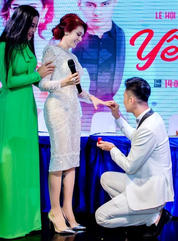 <p> Bất ngờ, Phi Hùng đòi Lâm Khánh Chi trả lại chiếc nhẫn cưới đeo suốt 2 năm qua. Anh tiết lộ, đây là chiếc nhẫn giả trị giá 200k hai vợ chồng đã đeo suốt 2 năm qua, được mua ở Thái Lan trong một chuyến du lịch. Thay vào đó, anh mang một chiếc nhẫn thật có trị giá 2 tỷ đồng để tặng vợ. Một lần nữa, trước sự chứng kiến của hàng trăm người, Phi Hùng quỳ gối trao nhẫn cho Lâm Khánh Chi.</p>