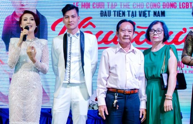 <p> Có mặt tại sự kiện, bố mẹ Lâm Khánh Chi (bên phải) cho biết hoàn toàn ủng hộ con gái thực hiện dự án. Bố cô còn dành lời khuyên cho các cặp đôi LGBT hãy luôn yêu thương, tự hào về bản thân và tìm cho mình hạnh phúc.</p>