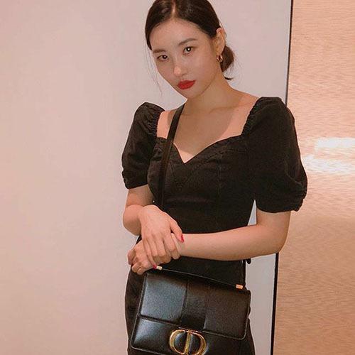 Sumi diện cả set đồ đen chất lừ và khoe chiếc túi hàng hiệu Dior trong ảnh Instagram mới nhất.