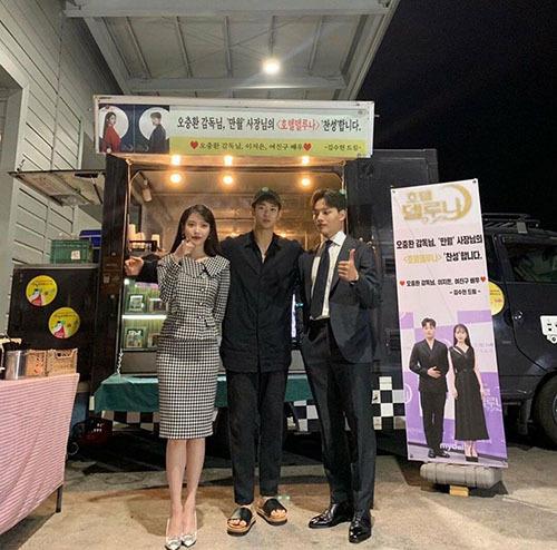 Kim So Hyun (đứng giữa) đến thăm đoàn làm phim Hotel Del Luna.