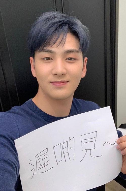 Baekho (Nuest) mới nhuộm màu tóc xanh tím cực chất.