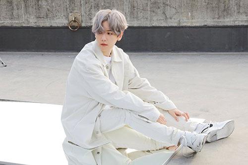 Baek Hyun diện đồ trắng, đẹp như thiên thần trong bức ảnh hậu trường quay MV.