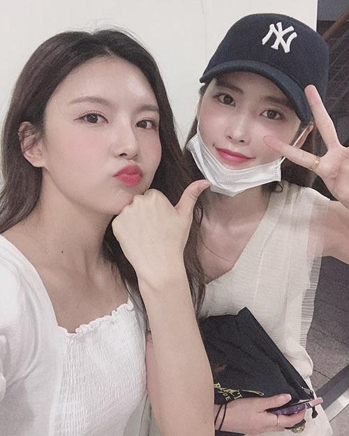 Na Young (Gugudan) gặp lại cô bạn cùng thi Produce 101 Huihyeon (đội mũ).