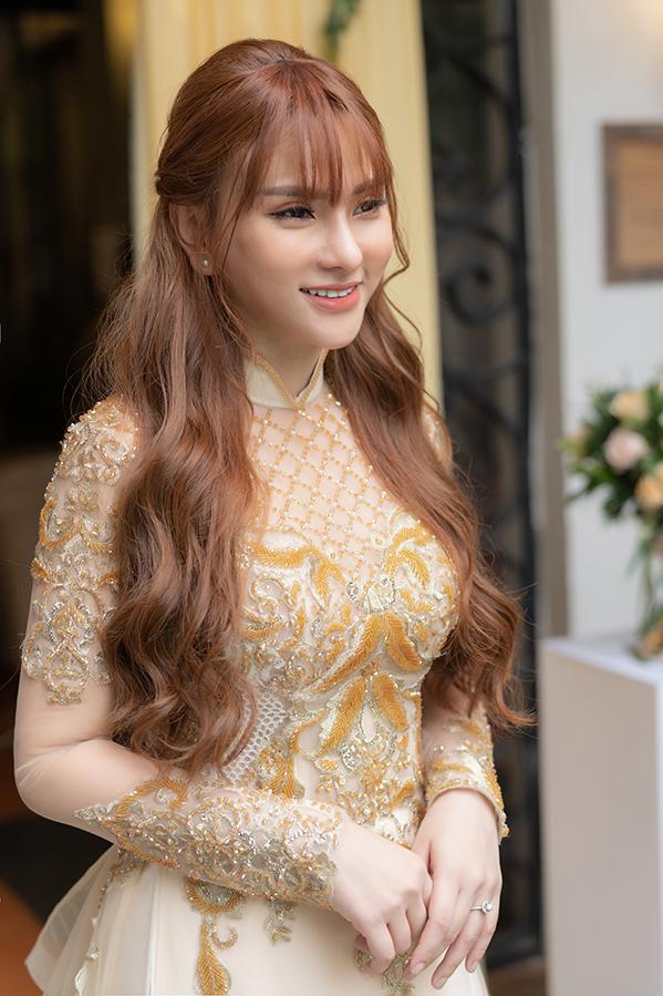 <p> Họ mặc áo dài truyền thống của NTK Minh Châu với tông màu vàng chủ đạo.</p>