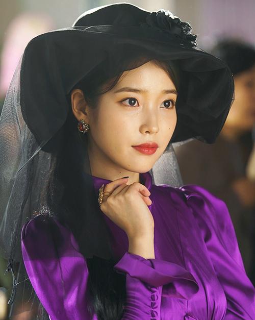 Hotel Del Luna (Khách sạn huyền bí) là drama kinh dị đang gây sốt với rating cao ngay từ tập đầu. Trong phim, IU vào vai Jang Man Wol, bà chủ khách sạn bị mắc kẹt ở Del Luna trong 1.000 năm vì tội lỗi lớn trong quá khứ