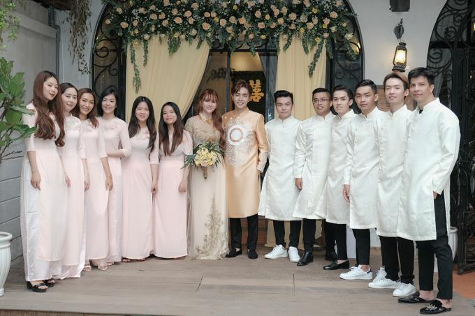 <p> Sau bữa tiệc tại nhà trai ở Đà Lạt vào đầu tháng 7, sáng nay lễ vu quy của Thu Thủy - Kin Nguyễn diễn ra ở TP HCM. Lễ rước dâu diễn ra với sự chứng kiến của bạn bè, người thân hai bên.</p>