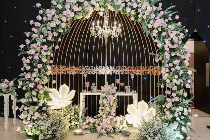 <p> Sau lễ rước dâu sáng nay, tiệc cưới của Thu Thủy và bạn trai Kin Nguyễn diễn ra tại một nhà hàng ở trung tâm TP HCM vào chiều tối. Cô dâu - chú rể đầu tư khá nhiều cho không gian để đón bạn bè, đồng nghiệp showbiz. Họ chọn tông trắng - hồng làm chủ đạo cho buổi tiệc.</p>
