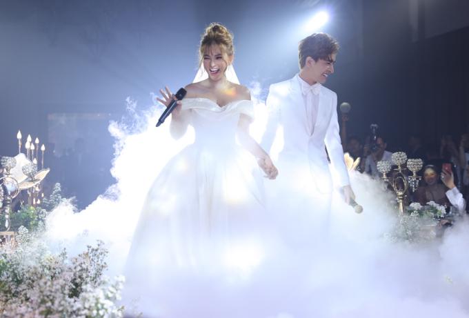 <p> Sau khi đón khách, Thu Thủy - Kin Nguyễn thay trang phục để chuẩn bị vào làm lễ cưới. Trong không gian lung linh của nến và hoa, âm nhạc nổi lên, cô dâu - chú rể từ từ tiến vào lễ đường.</p>