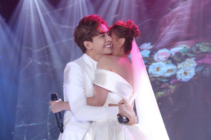 <p> Thu Thủy dâng tràn niềm hạnh phúc khi Kin Nguyễn trao cái ôm ấm áp.</p>