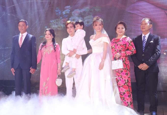 <p> Gia đình hai bên xuất hiện để chuẩn bị làm các thủ tục của hôn lễ. Có mặt trên sân khấu còn có con riêng của Thu Thủy.</p>