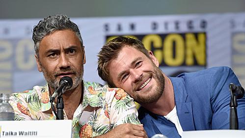 Đạo diễn Taika Waititi (trái) và Chris Hemsworth.