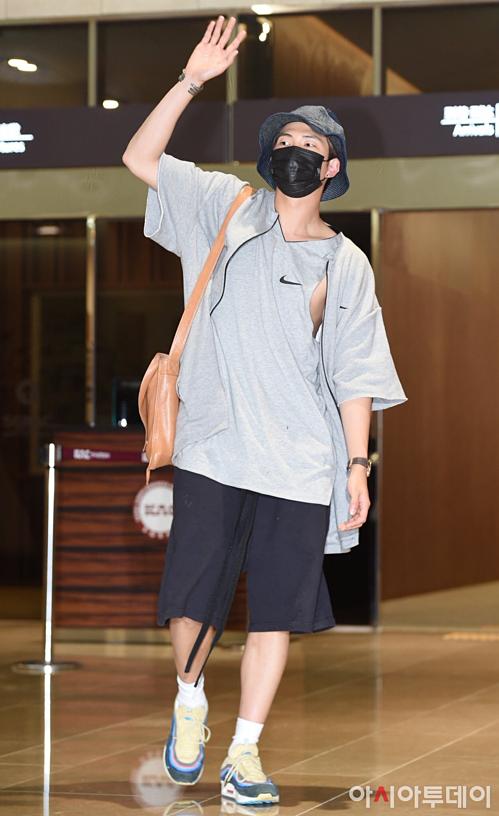 V - Jung Kook (BTS) mặc đồ đôi tại sân bay về Hàn Quốc - 4