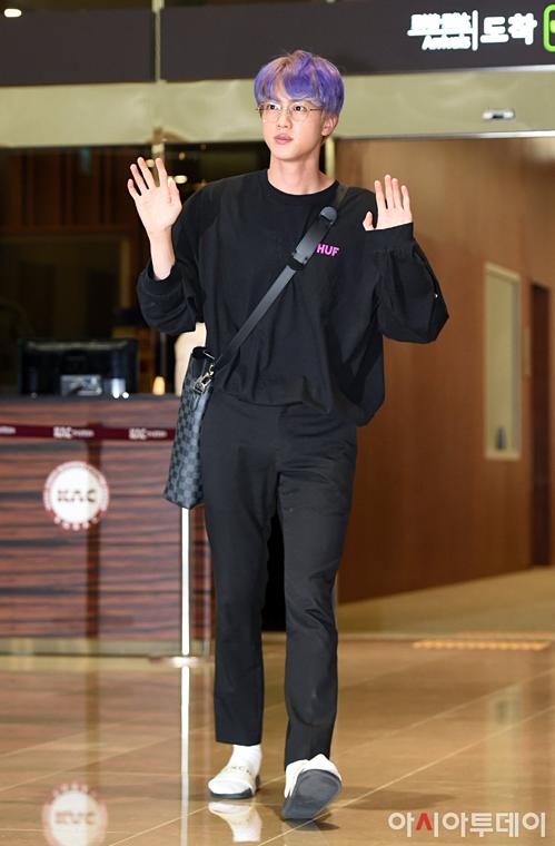 V - Jung Kook (BTS) mặc đồ đôi tại sân bay về Hàn Quốc