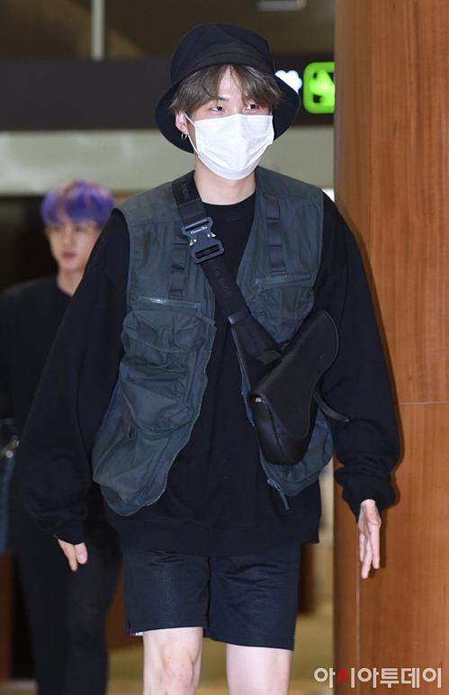 V - Jung Kook (BTS) mặc đồ đôi tại sân bay về Hàn Quốc - 1
