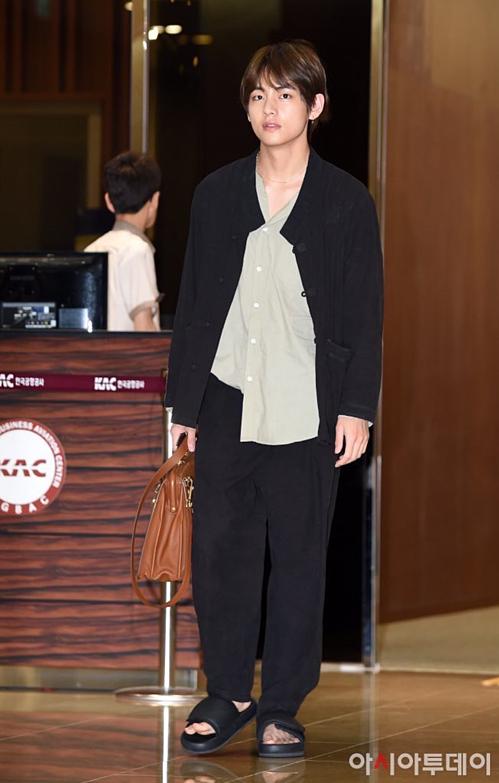 V - Jung Kook (BTS) mặc đồ đôi tại sân bay về Hàn Quốc - 6