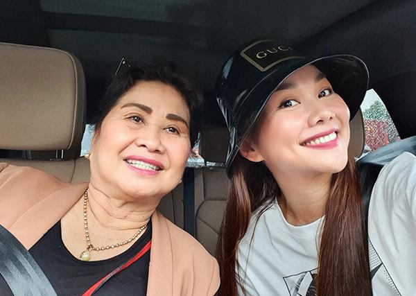 Thanh Hằng trẻ trung selfie cùng mẹ.