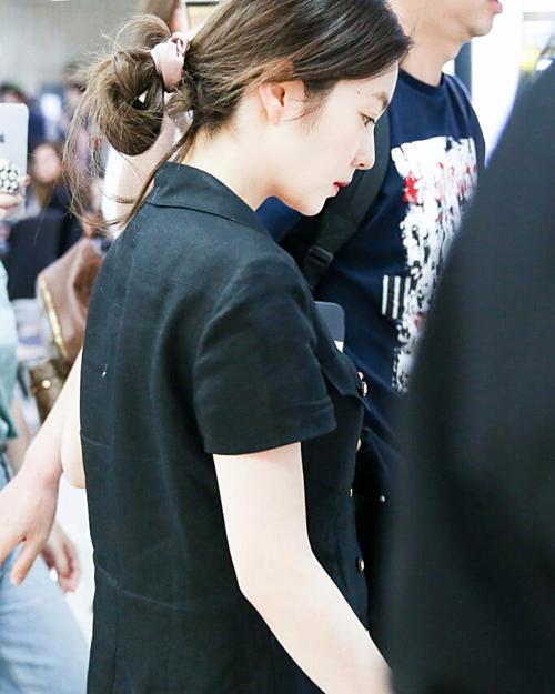 Khác với hình ảnh long lanh trên sân khấu, nhiều sao Hàn xuất hiện tại sân bay với vẻ ngoài hết sức giản dị. Dễ thấy nhất là trường hợp của Irene.