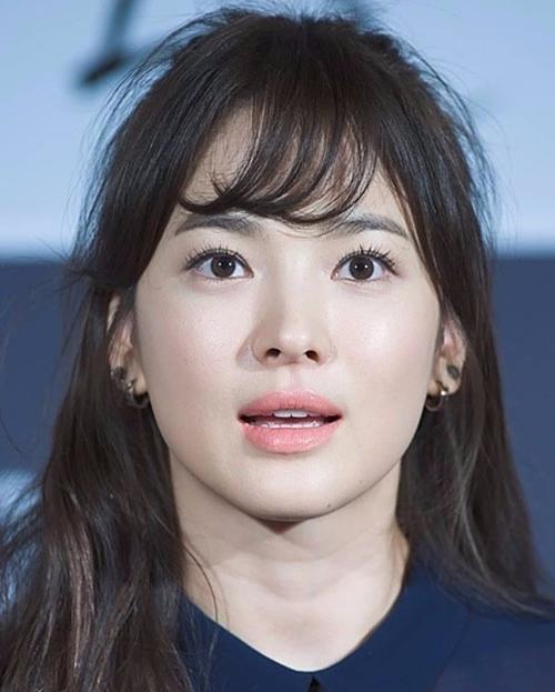 Tóc mái nằm không đều trước trán và tóc con cũng khá ngổn ngang nhưng Song Hye Kyo vẫn xinh đẹp hết phần người khác.