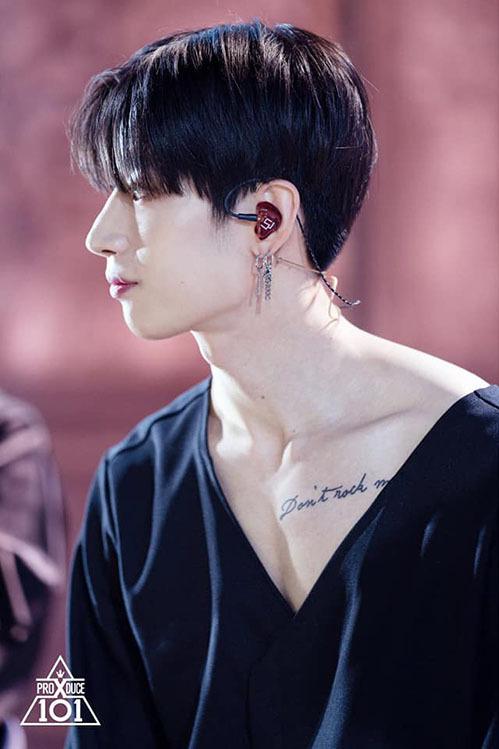 Vẻ ngoại quyến rũ giúp Han Seung Woo trở thành một trong những ứng cử viên tiềm năng để debut. Trong phần trình diễn U Got It, anh chàng mặc kiểu áo trễ vai, khoe xương quai xanh gợi cảm và hình xăm đẹp mắt.