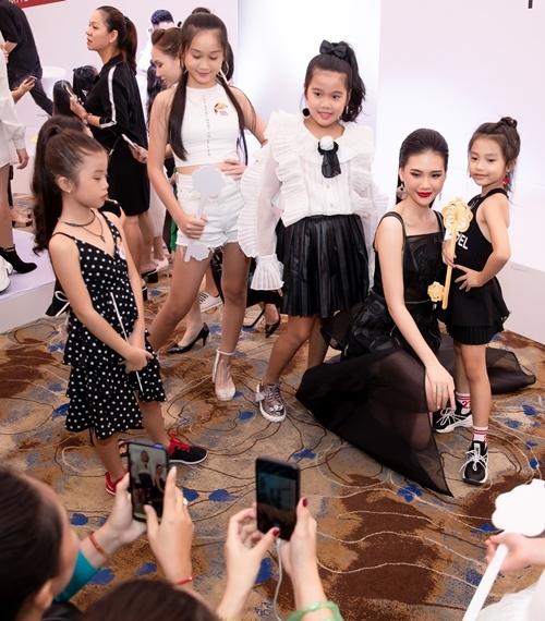 Quỳnh Hoa tranh thủ chụp hình cùng những fan nhí. Cô tiếc nuối vì không có nhiều thời gian để thị phạm cho các em.