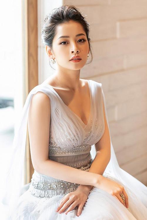 Ở tuổi 26, Chi Pu đạt đến độ chín về nhan sắc. Cô có lượng fan đông đảo nhờ diện mạo yêu kiều, hoàn hảo mỗi khi xuất hiện. Chuyên gia trang điểm của Chi Pu cũng tiết lộ với iOnecô là một trong mỹ nhân có gương mặt cân đối, dễ makeup nhất.