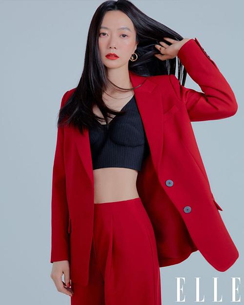 Nữ diễn viên Bae Do Na gây ấn tượng với outfit đỏ quyền lực.