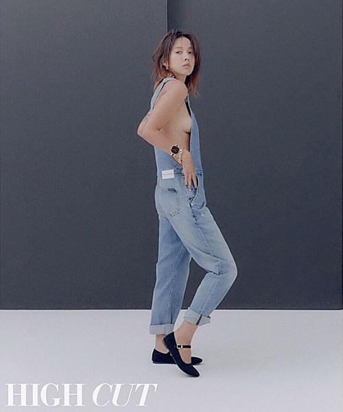 Lee Hyo Ri có màn thả rông khoe vòng 1 táo bạo.