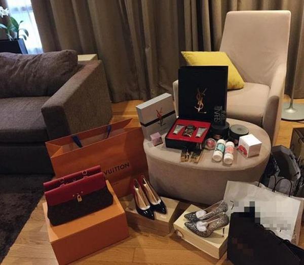 Túi xách và giày dép là những thứ được Ngân Anh đầu tư nhiều hơn cả. Ngoài ra, cô cũng mê nước hoa.