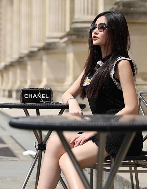 Một trong những món phụ kiện đắt đỏ nhất trong BST của Ngân Anh là chiếc túi limited của Chanel, trông bé tí nhưng giá đến 400 triệu đồng.