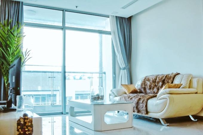<p> Căn hộ có diện tích hơn 90m2, gồm 2 phòng tắm, 2 phòng ngủ, một phòng khách. Nam ca sĩ cho biết, anh mua với giá 6 tỷ đồng vào năm ngoái.</p>