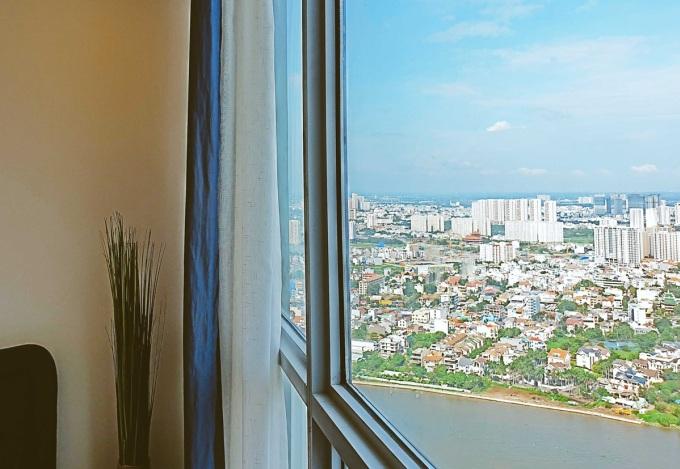 <p> Phòng ngủ với view nhìn ra sông Sài Gòn. Nathan Lee cho biết mua căn hộ này nhưng không thường xuyên sinh sống, một phần vì thường đi công tác nước ngoài. Anh cũng không có ý định cho thuê lại. Mỗi tuần, anh đều cho người tới dọn dẹp để tránh bụi bặm.Thỉnh thoảng, nam ca sĩ mới về căn hộ này nghỉ ngơi, tranh thủ dạo công viên dưới chân tòa nhà chung cư.</p>