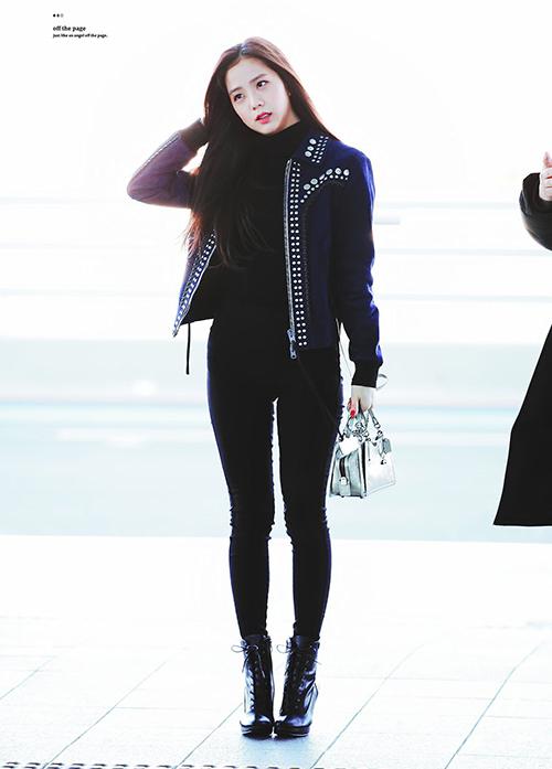 Có phong cách thanh lịch, Ji Soo thường sắm những kiểu giày như loafer, boots cao gót, sneakers phom ôm... để làm không làm nuốt dáng.