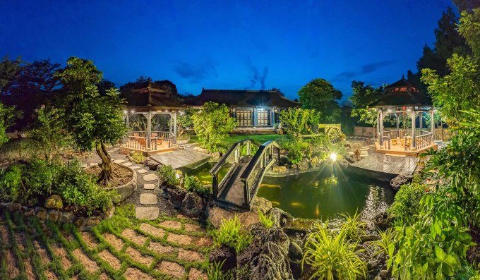 <p> Bao quanh khu nhà là nhiều cây xanh tạo cảm giác thoáng đãng. Điểm nhấn đặc biệt của ngôi nhà là hồ cá Koi lớn. Chủ nhân ước tính đã chi hơn 1 tỷ đồng để hoàn thiện kiến trúc của hồ cá này.</p>