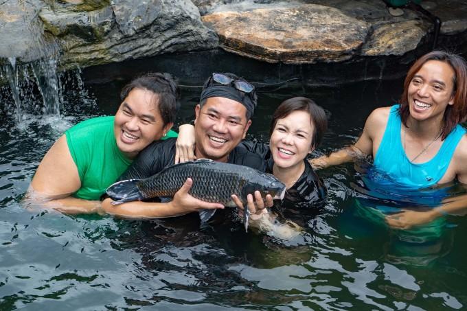 <p> Vợ chồng Việt Hương (phải) trong chuyến thăm nhà Hoàng Mập.</p>