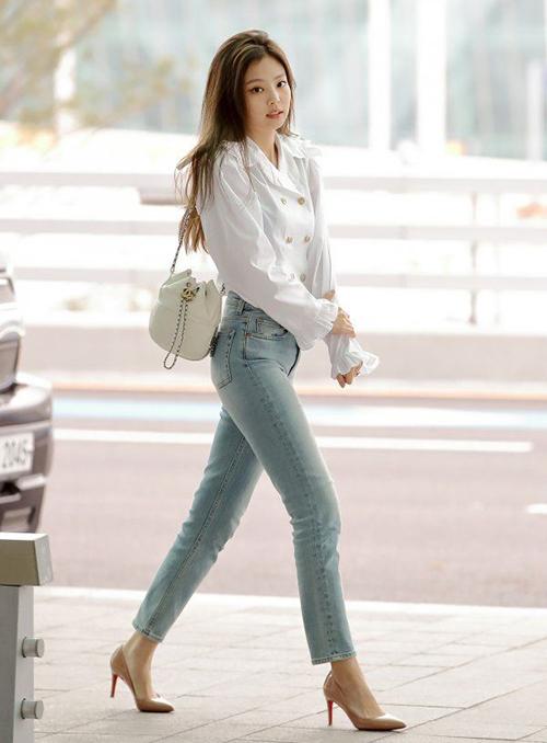 Cập nhật nhanh chóng với các xu hướng hot, Jennie bổ sung giày mới liên tục vào bộ sưu tập. Tủ giày của cô nàng đa dạng kiểu dáng, từ cao gót cho đến giày thể thao. Các fan ước tính cô nàng đã chi khoảng gần 1 tỷ đồng để sắm món phụ kiện này.