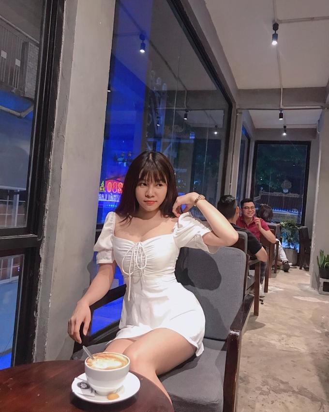 <p> Yến Xuân sinh năm 1992, hiện sinh sống và làm việc tại Sài Gòn. Cô được người hâm mộ biết tới là bạn gái của thủ thành Đặng Văn Lâm. Chưa từng xác nhận nhưng cả hai liên tục có những động thái trùng hợp: đi cà phê cùng nơi, checkin cùng một địa điểm. Thậm chí, kể từ khi Văn Lâm sang Thái Lan thi đấu cho Muangthong United, Yến Xuân thường xuyên có mặt trên khán đài cổ vũ cho bạn trai.</p>
