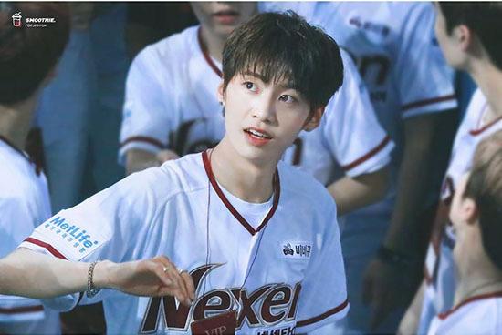 Lee Jin Hyuk được ca ngợi là leader quốc dân, thầy Lee vì có kinh nghiệm từng debut cùng UP10TION. Anh chàng luôn giúp đỡ, hướng dẫn các thành viên ít kinh nghiệm hơn. Jin Hyuk là người dựng bài, phụ trách phân chia line và giải quyết các vấn đề tranh cãi trong nhóm. MC Lee Dong Wook cũng dành tình cảm đặc biệt cho nam thực tập sinh và thái độ chăm chỉ, luôn cố gắng vì mọi người.
