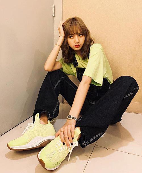 Tủ giày của Lisa đồ sộ không kém Jennie. Tuy nhiên, để phù hợp với phong cách cool ngầu, Lisa ưu tiên những mẫu giày thể thao có kích thước, kiểu dáng nổi bật.