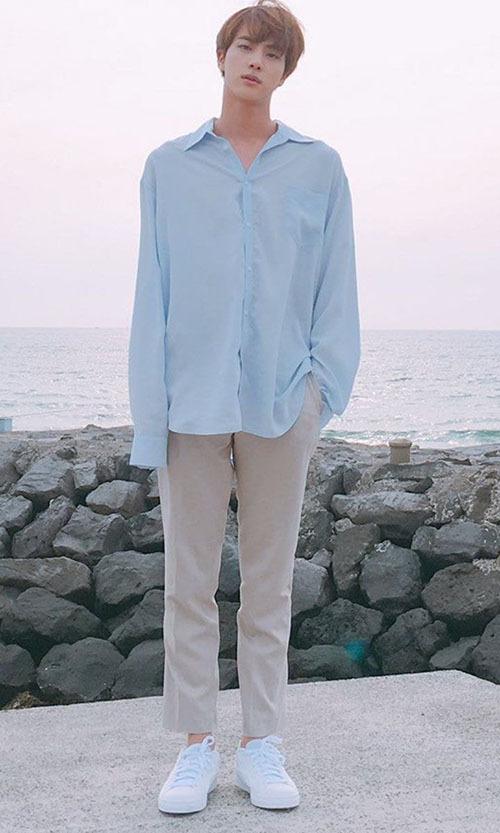 Ngay đến cổ của Jin cũng trở thành chủ đề bàn luận rôm rả của người hâm mộ. Army nhận xét nam ca sĩ có chiếc cổ dài, thanh thoát. Nhìn tổng thể, tỉ lệ cơ thể của thành viên BTS vừa có nét nam tính, vừa mền mại.